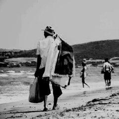 15180726-venditori-ambulanti-sulla-spiaggia-a-piedi