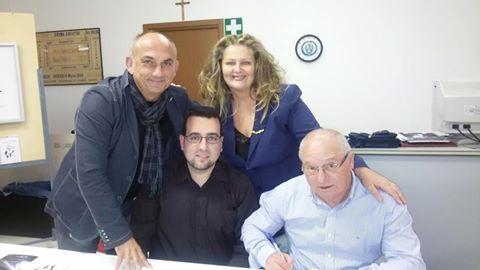 Da sinistra, in piedi, Angelo Monterrosso (pittore), Marinella Cimarelli (poetessa dialettale jesina) Da sinistra, seduti: Lorenzo Spurio (scrittore e critico letterario), Elvio Angeletti (poeta)
