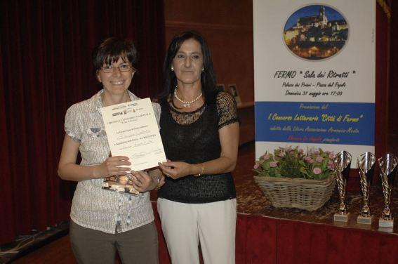 Francesca Costantini riceve il premio dal Presidente del Premio Susanna Polimanti