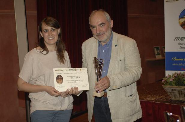Chiara Cappuccini riceve il premio dal giurato Marco Rotunno