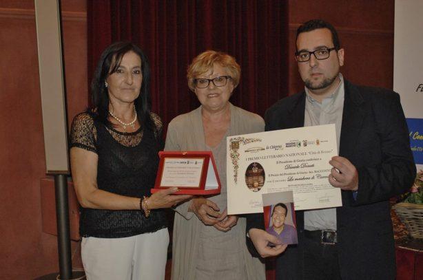 Premio del Presidente di Giuria Sezione Racconto - DANIELE DONATI Ritira il premio la madre Riceve il Premio da Lorenzo Spurio (Presidente di Giuria) e Susanna Polimanti (Presidente del Premio)