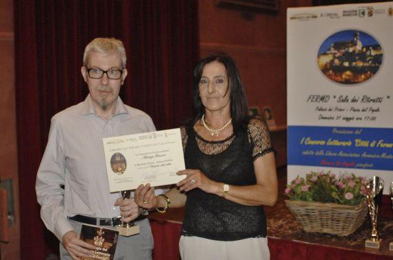 Andrea Mauri riceve il premio dal Presidente del Premio Susanna Polimanti
