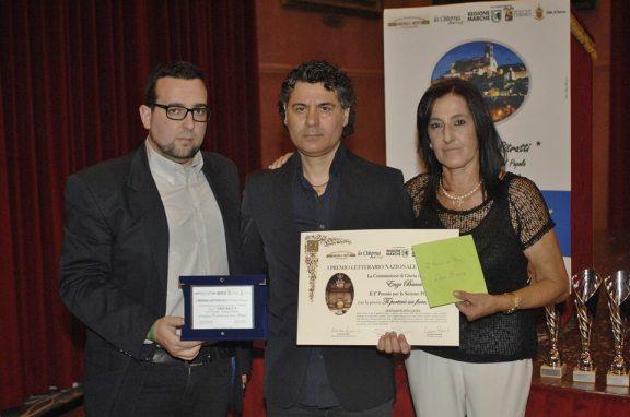 2° Premio Sezione Poesia - ENZO BACCA Riceve il Premio da Lorenzo Spurio (Presidente di Giuria) e Susanna Polimanti (Presidente del Premio)