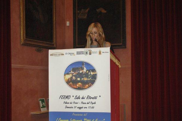 Maria Grazia Tomassini mentre legge la sua poesia premiata con menzione d'onore