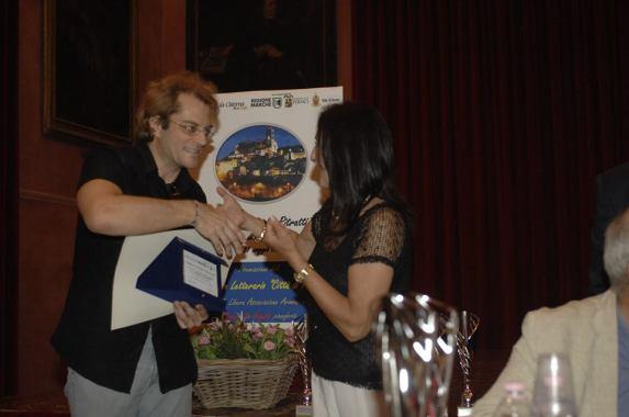 3° Premio Sezione Poesia - ROBERTO BORGHETTI Riceve il Premio da Lorenzo Spurio (Presidente di Giuria) e Susanna Polimanti (Presidente del Premio)