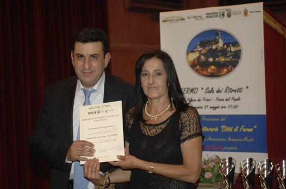 Lorenzo Carmine Curti riceve il premio da Susanna Polimanti