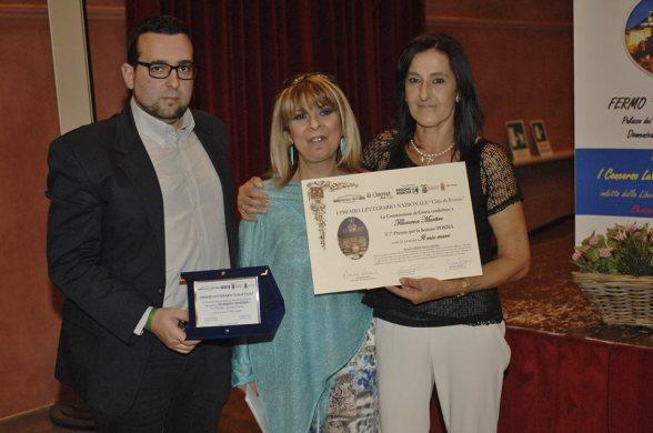 1° Premio Sezione Poesia - NUCCIA MARTIRE Riceve il Premio da Lorenzo Spurio (Presidente di Giuria) e Susanna Polimanti (Presidente del Premio)
