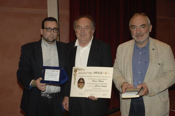 3° Premio Ex-Aequo Sezione Racconto  - ARMIDO MALVOLTI Riceve il premio da Lorenzo Spurio (Presidente di Giuria) e Marco Rotunno