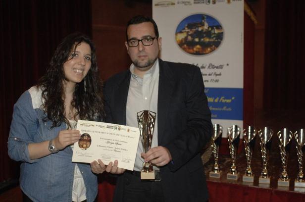Giorgia Spurio riceve il Premio dal Presidente di Giuria Lorenzo Spurio