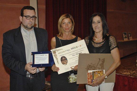 2° Premio Sezione Racconto - ELISA MARCHINETTI Riceve il Premio da Lorenzo Spurio (Presidente di Giuria) e Susanna Polimanti (Presidente del Premio)