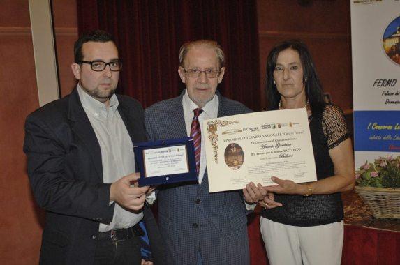 1° Premio Sezione Racconto  - ANTONIO GIORDANO Riceve il Premio da Lorenzo Spurio (Presidente di Giuria) e Susanna Polimanti (Presidente del Premio)