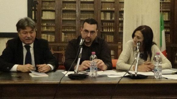 Uno scatto della presentazione dei suoi libri alla Biblioteca Comunale di Macerata nel dicembre 2013. Da sinistra Renato Pigliacampo, Lorenzo Spurio, Susanna Polimanti