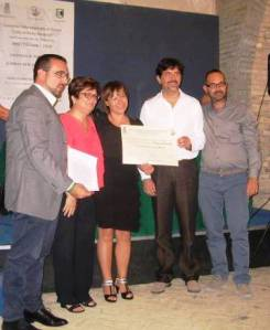 Il 1° Premio conferito a Rosanna Giovanditto. Nella foto da sx: Lorenzo Spurio (Presidente di Giuria), Delfina Pigliacampo, Rosanna Giovanditto e Marco e Luca Pigliacampo