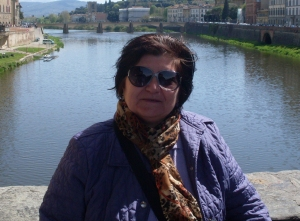 La poetessa abruzzese, naturalizzata fiorentina, Lucia Bonanni con alle spalle l'Arno.