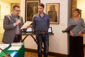 Lorenzo Spurio (Presidente di Giuria) legge la motivazione del 2° Premio conferito a Davide Rocco Colacrai