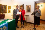 Lorenzo Spurio (Presidente di Giuria) consegna l'attestato in memoria di Renato Pigliacampo a Luciana Salvucci