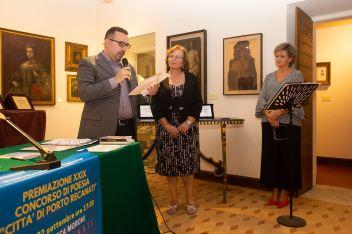 """Lorenzo Spurio (Presidente di Giuria) legge la motivazione per il Premio Speciale """"Renato Pigliacampo"""" conferito a Dina Ferorelli"""