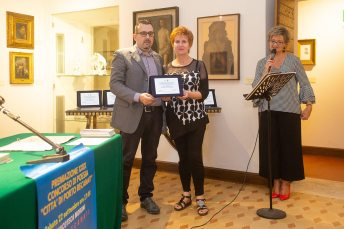 Lorenzo Spurio (Presidente di Giuria) consegna il Premio alla sorella della poetessa Loretta Stefoni